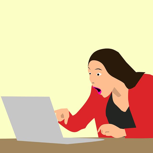 žena udiveně hledící na obrazovku počítače.png