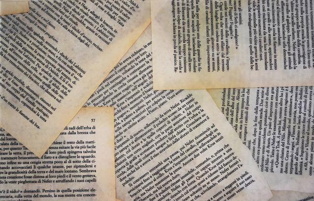 papírové stránky obsahu, rozházené na podkladu na sebe.jpg
