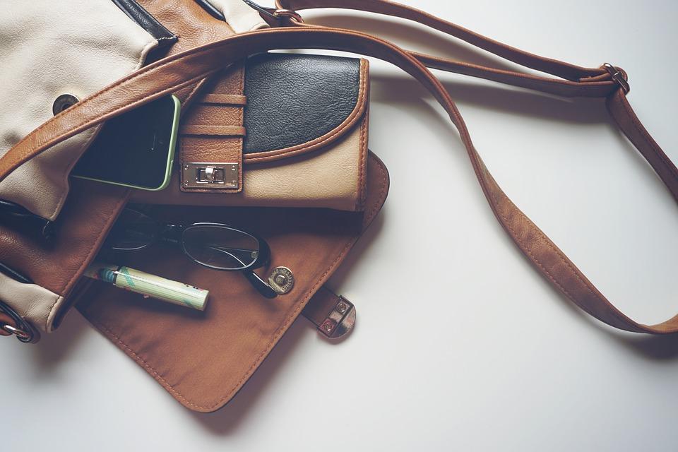 kabelka s mobilem a dalšími věcmi