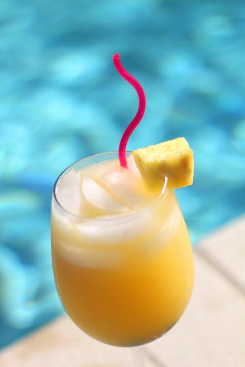 koktejl u bazénu